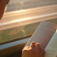 Apprendre à parler dans une langue en lisant des livres et des textes en version originale Image