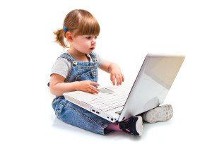 bambina che gioca con il computer