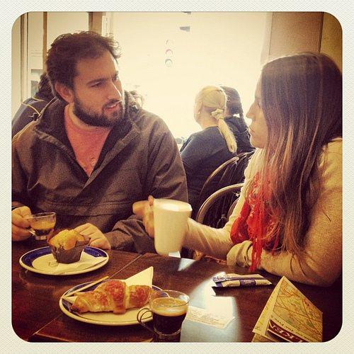 Discuter avec son correspondant linguistique, via Internet ou devant un bon café ! By: Kris Haamer